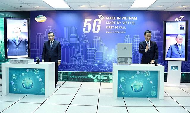 Bộ trưởng Nguyễn Mạnh Hùng và Bộ trưởng Chu Ngọc Anh thực hiện cuộc gọi 5G đầu tiên trên thiết bị do Viettel sản xuất