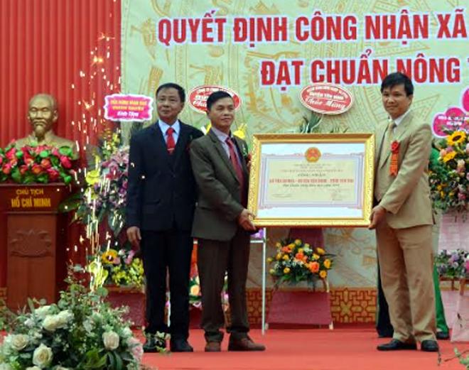 Lãnh đạo Sở Nông nghiệp và Phát triển nông thôn trao Quyết định của UBND tỉnh công nhận xã Tân Hương đạt chuẩn nông thôn mới.