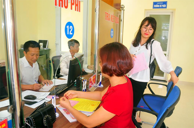 Bộ phận Phục vụ hành chính công thành phố Yên Bái phục vụ người dân đến nộp thuế, phí.