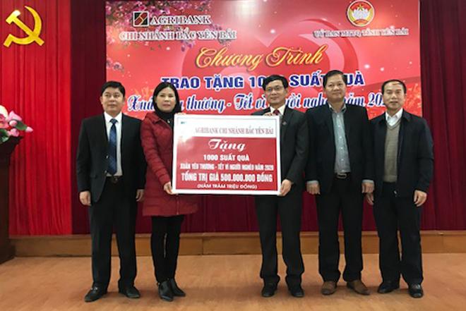 Lãnh đạo Agribank Chi nhánh Bắc Yên Bái trao biểu trưng 1.000 suất quà tết, trị giá 500 triệu đồng.