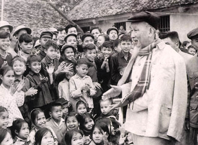 Bác Hồ với các cháu thiếu nhi Hà Bắc khi Người về thăm và chúc tết đồng bào và bộ đội - Tết Đinh Mùi, tháng 2/1967 (ảnh: Tư liệu).