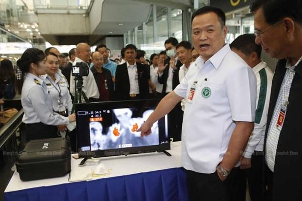 Sân bay Suvarnabhumi đặt máy kiểm tra thân nhiệt để theo dõi hành khách nhập cảnh vào Thái Lan.
