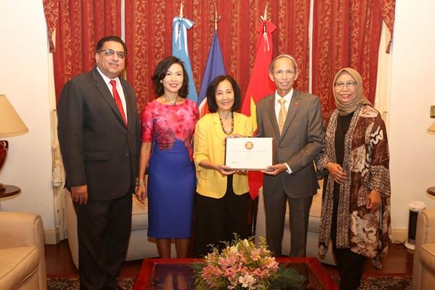 Đại sứ Philippines Linglingay F. Lacanlale (thứ 3 từ trái sang) bàn giao chức Chủ tịch Ủy ban ASEAN tại Argentina cho Đại sứ Việt Nam Đặng Xuân Dũng.