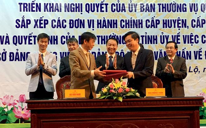 Huyện Văn chấn và thị xã Nghĩa Lộ ký kết biên bản bàn giao toàn bộ diện tích tự nhiên và dân số 6 xã, 1 thị trấn của huyện Văn Chấn về thị xã Nghĩa Lộ.