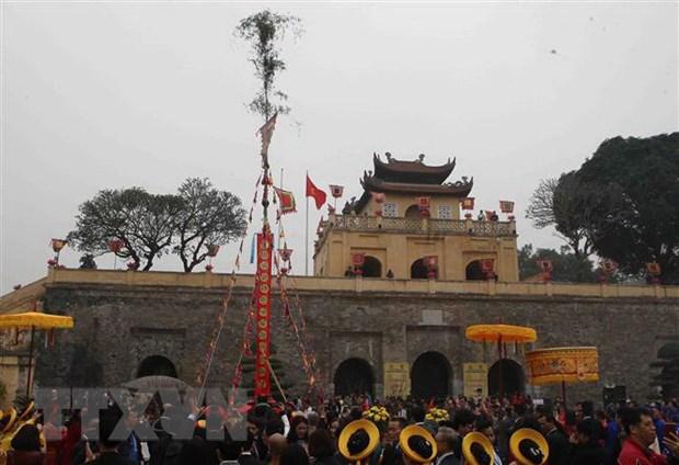 Dựng cây nêu tại sân Đoan Môn trong Khu Di sản Hoàng thành Thăng Long.