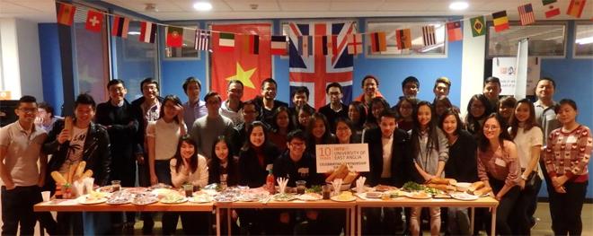 Bạn Linh Chi cùng các bạn du học sinh Việt tại Anh tổ chức tiệc đón giao thừa.