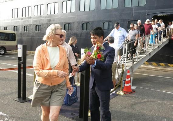Đại diện Sở Du lịch TP Đà Nẵng tặng hoa chào mừng du khách quốc tế đặt chân xuống Đà Nẵng dịp đầu năm Tết Nguyên đán 2020