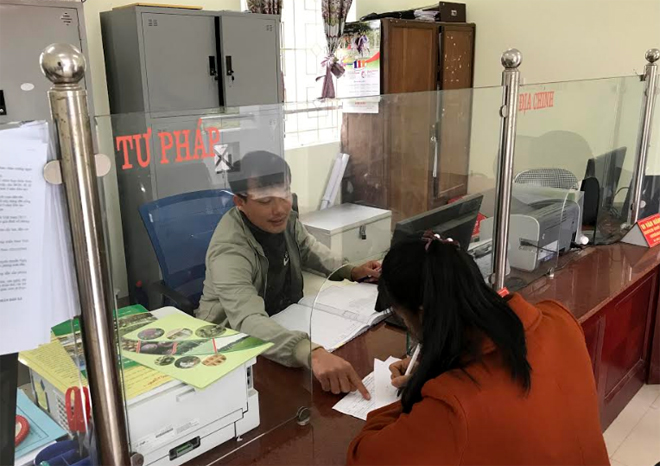 Cán bộ Bộ phận Phục vụ hành chính công xã An Phú hướng dẫn người dân làm thủ tục hành chính.