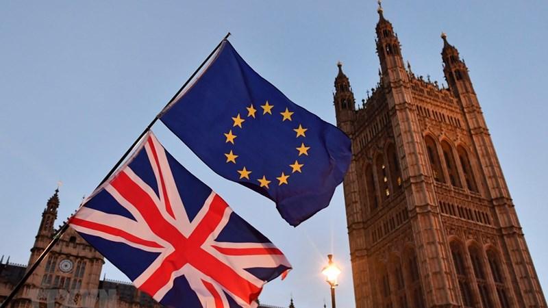 Cờ Anh (phía dưới) và cờ EU bên ngoài tòa nhà Quốc hội Anh tại London.