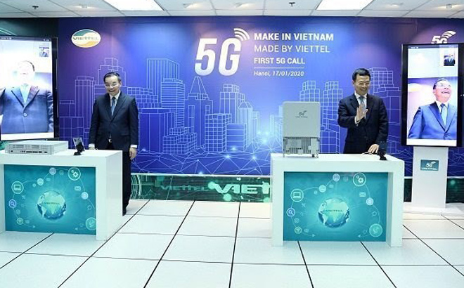 Minister of Science and Technology Chu Ngoc Anh (left) and Minister of Information and Communications Nguyen Manh Hùng make a call on January 17 with a Viettel-made 5G device.
