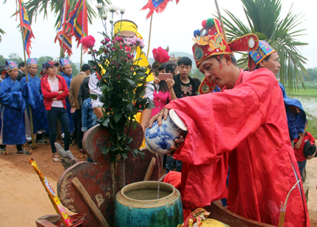 The ritual of taking water at Mo Co well to worship at Kha Linh communal house in early spring days every year.