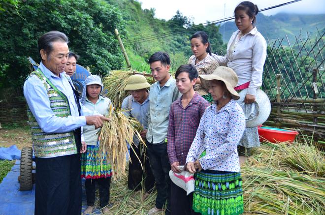 Ông Thào A Tông trao đổi với bà con dân bản về phát triển kinh tế.