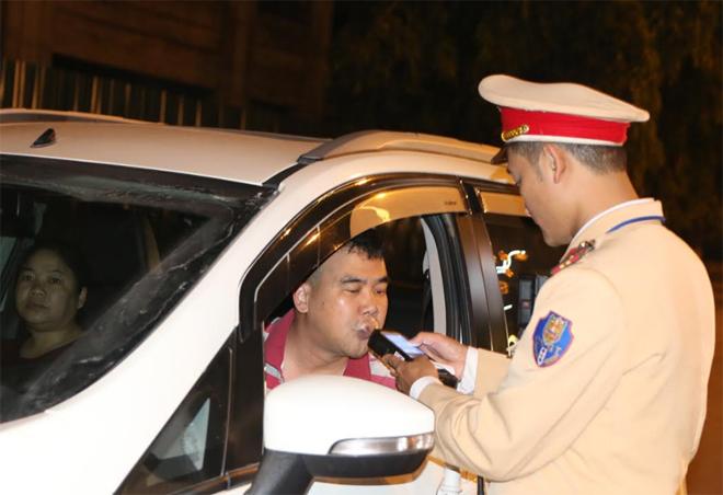 Cán bộ Đội Cảnh sát giao thông số 3, Phòng Cảnh sát giao thông, Công an tỉnh đo kiểm tra nồng độ cồn người điều khiển phương tiện.