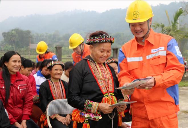 Công nhân Điện lực Lục Yên tuyên truyền sử dụng điện an toàn, hiệu quả đến người dân xã Khai Trung, huyện Lục Yên.