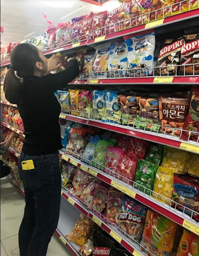 Bánh kẹo bày bán trong các siêu thị là hàng hóa được Cục Quản lý thị trường tỉnh tăng cường kiểm tra, kiểm soát.