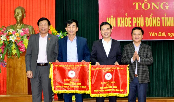 Ban tổ chức trao cờ nhất toàn đoàn cho Phòng GD-ĐT thành phố và Trường THPT Chuyên Nguyễn Tất Thành.