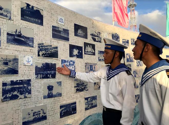 Chiến sĩ trẻ tự hào với truyền thống Hải quân nhân dân Việt Nam.