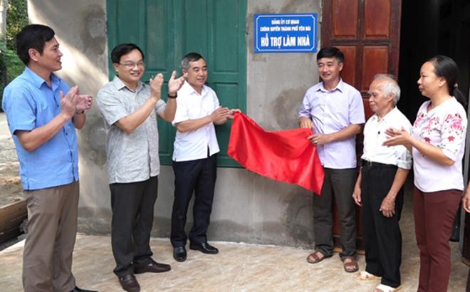 Gắn biển hỗ trợ làm nhà cho hộ nghèo đặc biệt khó khăn về nhà ở tại xã Minh Bảo, thành phố Yên Bái.