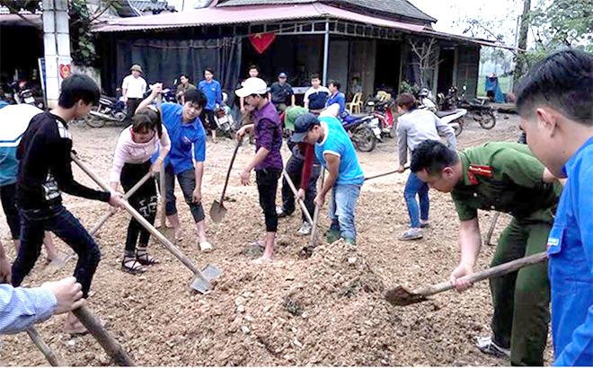 Đoàn viên thanh niên xã An Phú tham gia vệ sinh môi trường cùng nhân dân.