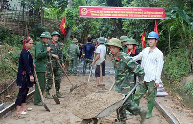 Cán bộ Ban Chỉ huy Quân sự huyện Lục Yên cùng nhân dân xã Phúc Lợi kiên cố hóa đường giao thông nông thôn.