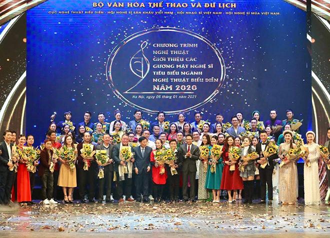 Phó Thủ tướng Chính phủ Vũ Đức Đam và Bộ trưởng Bộ Văn hóa, Thể thao và Du lịch Nguyễn Ngọc Thiện tặng hoa cho các nghệ sĩ tiêu biểu.