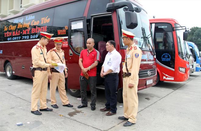 Cảnh sát giao thông tăng cường kiểm tra các phương tiện xe khách phục vụ việc đi lại của người dân dịp Tết. (Ảnh minh họa)