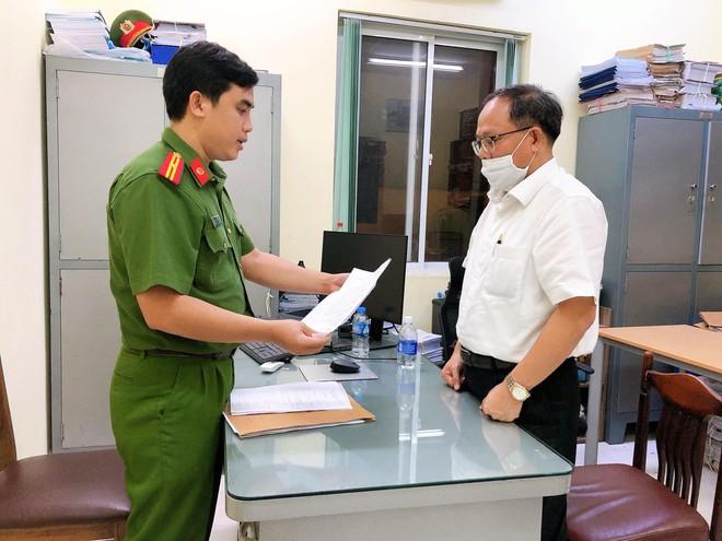 Cơ quan công an đọc lệnh bắt ông Tất Thành Cang