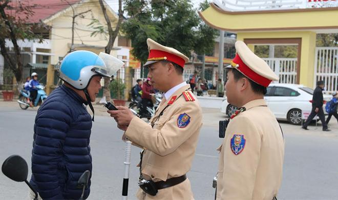 Lực lượng cảnh sát giao thông thị xã Nghĩa Lộ kiểm tra nồng độ cồn đối với người điều khiển phương tiện giao thông.