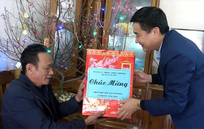Lãnh đạo huyện Văn Yên tặng quà cho các gia đình chính sách trên địa bàn huyện nhân dịp Tết Nguyên đán.