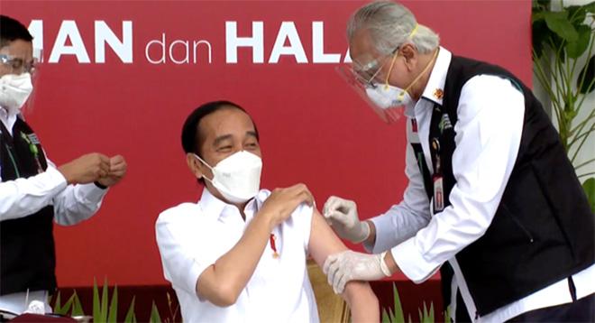 Tổng thống Indonesia Joko Widodo là người đầu tiên được tiêm vắcxin CoronaVac.