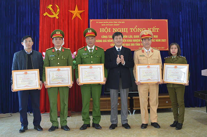 Đồng chí Ngô Hạnh Phúc – Phó Chủ tịch UBND tỉnh tặng Bằng khen của Ban chỉ đạo 389 quốc gia cho các tập thể, cá nhân.