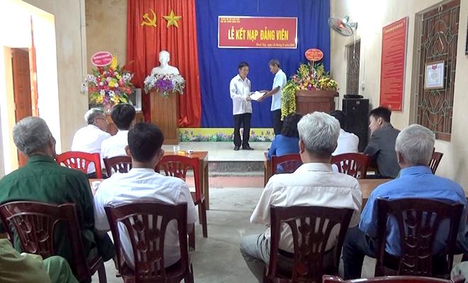 Lễ kết nạp đảng viên mới tại Chi bộ thôn Đình Xây, xã Báo Đáp, huyện Trấn Yên.
