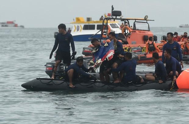 Lực lượng cứu hộ tìm kiếm mảnh vỡ máy bay.