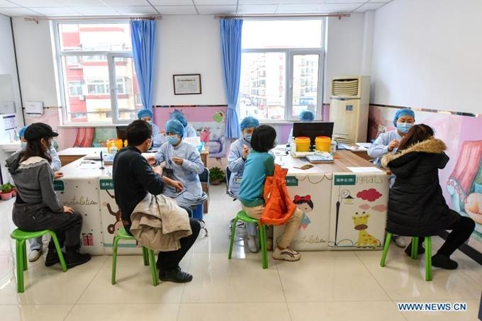 Nhiều nước đang đẩy mạnh việc tiêm chủng vaccine phòng COVID-19 cho người dân.