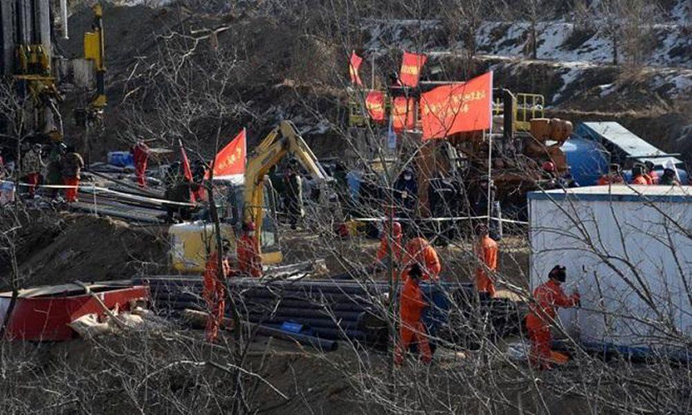 Lực lượng cứu hộ làm việc tại hiện trường vụ nổ hầm mỏ ở thành phố Tê Hà, tỉnh Sơn Đông, Trung Quốc ngày 17/1.