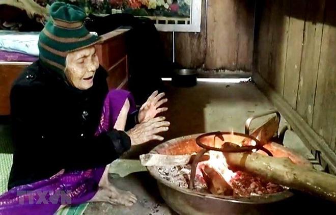 Người dân đốt than, củi để sưởi ấm.