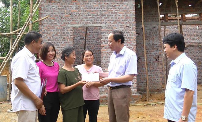 Đồng chí Nguyễn Dũng Giang - Phó Bí thư Thường trực Huyện ủy Yên Bình trao hỗ trợ làm nhà cho hộ nghèo tại xã Phú Thịnh.