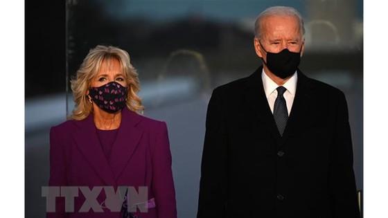 Tổng thống đắc cử Mỹ Joe Biden (phải) cùng phu nhân Dr. Jill Biden trong lễ tưởng niệm các nạn nhân Covid-19 tại đài tưởng niệm Lincoln ở Washington, DC ngày 19-1-2021.