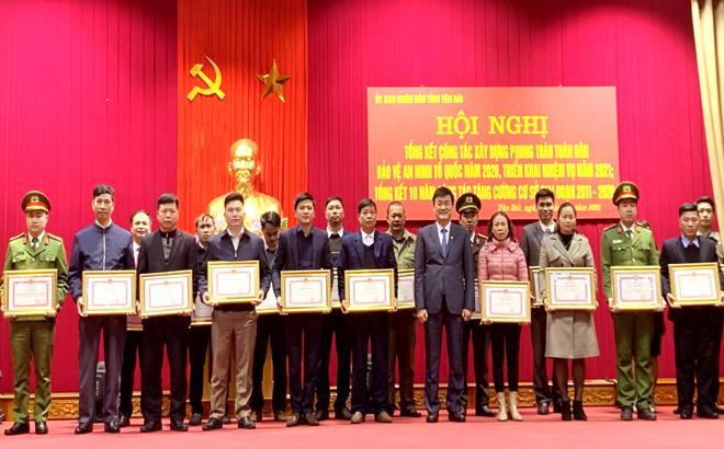 Đồng chí Nguyễn Chiến Thắng - Phó Chủ tịch UBND tỉnh trao bằng khen cho các tập thể và cá nhân có thành tích xuất sắc trong công tác xây dựng phong trào