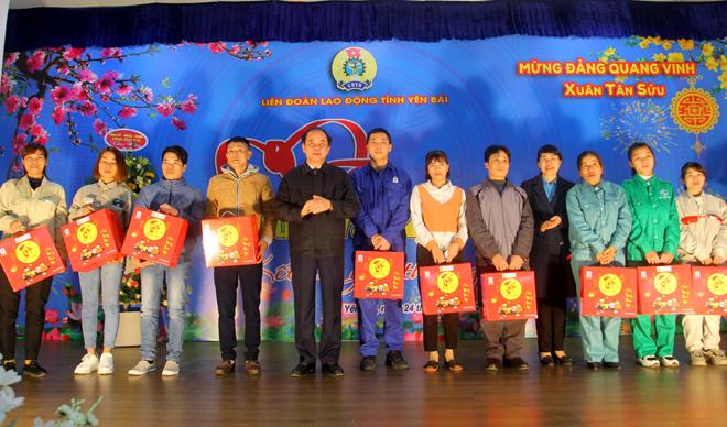 Phó Bí thư Thường trực Tỉnh ủy Tạ Văn Long và Trưởng ban Nữ công Tổng LĐLĐ Việt Nam Trịnh Thanh Hằng tặng quà công nhân lao động