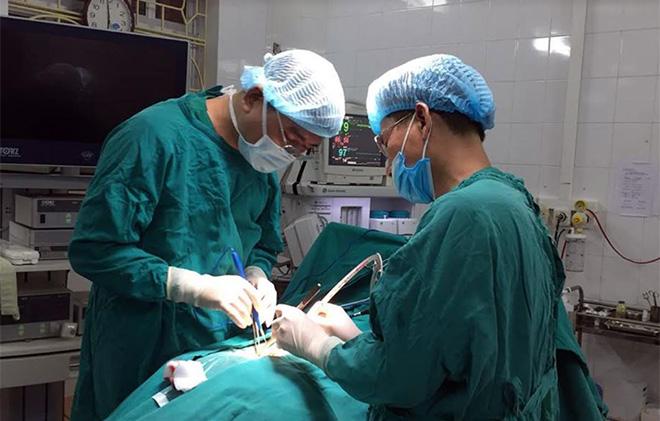 Áp dụng kỹ thuật mới trong phẫu thuật trượt đốt sống vùng thắt lưng cho người bệnh.