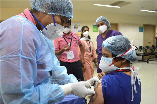 Nhân viên y tế được tiêm vaccine phòng COVID-19 tại bệnh viện ở Bangalore, Ấn Độ, ngày 16/1/2021.