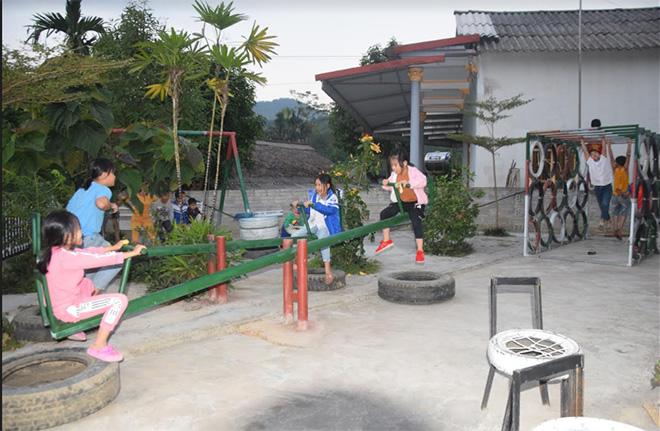 Trẻ em thôn Khe Nhài vui chơi hàng ngày tại nhà văn hóa thôn.