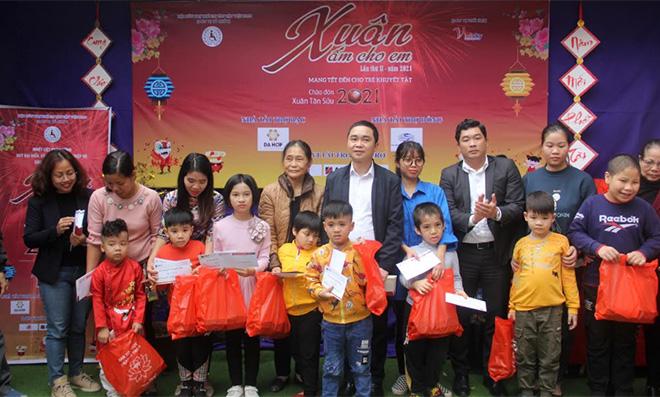 Hội Cứu trợ Trẻ em tàn tật Việt Nam, các nhà tài trợ tặng quà cho trẻ em khuyết tật tại Trung tâm Trợ giúp và Can thiệp sớm trẻ em khuyết tật Hương Giang.