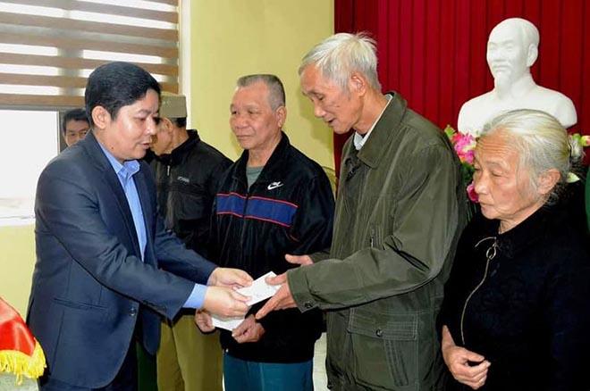 Đồng chí Nguyễn Ngọc Trúc- Quyền Chủ tịch UBND thành phố Yên Bái  tặng quà tết cho các đối tượng chính sách.