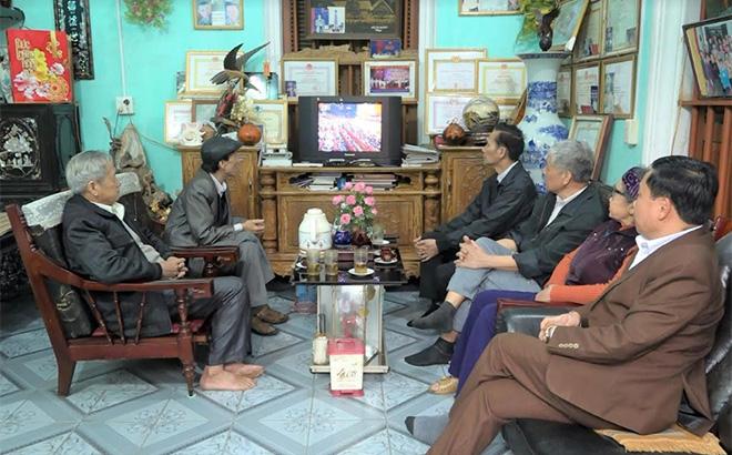 Nhân dân tổ dân phố 5, thị trấn Mậu A theo dõi Đại hội XIII của Đảng.