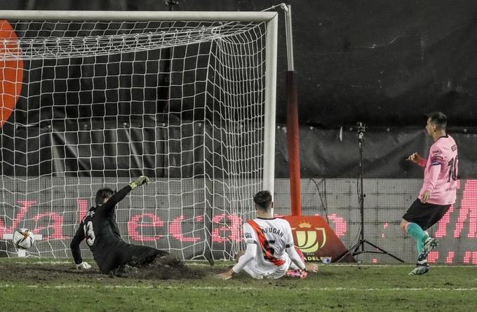 Messi đệm bóng gỡ hòa.