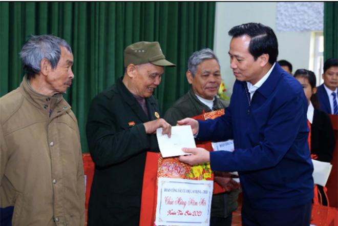 Bộ trưởng Đào Ngọc Dung tặng quà Tết tới người có công với cách mạng ở Bát Xát, Lào Cai.