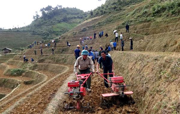 Người dân huyện Mù Cang Chải được hỗ trợ máy cày để phát triển sản xuất