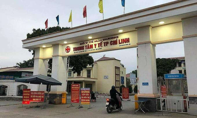 Thông báo về các biện pháp phòng chống dịch Covid-19 giăng trước cổng Trung tâm Y tế Chí Linh ngày 28/1